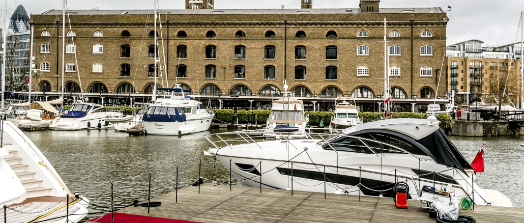 st katharine docks in london mit einem sch nen yachthafen. Black Bedroom Furniture Sets. Home Design Ideas